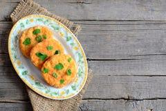 Côtelettes végétariennes frites d'un plat et sur un fond en bois avec l'espace de copie pour le texte Photos libres de droits