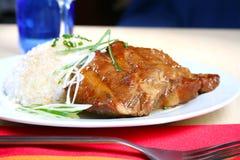 Côtes de découvert de porc avec du riz image stock