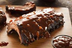 Côtes de découvert de porc fumées de barbecue Photographie stock