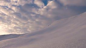 C?u azul bonito no por do sol, alto no c?u que voa as nuvens cor-de-rosa iluminadas pelo sol pico nevado e vermelho da paisagem video estoque