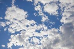 C?u azul com nuvens brancas imagem de stock