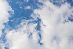 C?u azul e nuvens brancas foto de stock