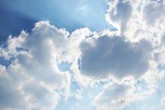 C?u bonito Raios do sol atr?s das nuvens Fundo fotos de stock