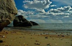 C?u ensolarado da praia do mar nas nuvens, ondas claras, areia amarela fotografia de stock royalty free