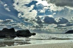 C?u ensolarado da praia do mar nas nuvens, ondas claras, areia amarela fotos de stock