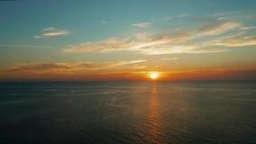 C?u nebuloso sobre o mar durante o por do sol video estoque