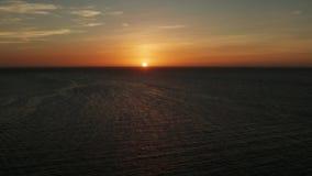 C?u nebuloso sobre o mar durante o por do sol filme