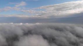 C?u sobre nuvens video estoque