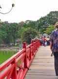 Cầu Thê Húc/den Huc bron: Bro av resningsolen på Hanoi, Vietnam Arkivbilder