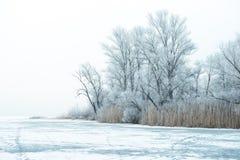 33c ural χειμώνας θερμοκρασίας της Ρωσίας τοπίων Ιανουαρίου Βάρκα σε έναν παγωμένο ποταμό Στοκ Φωτογραφία