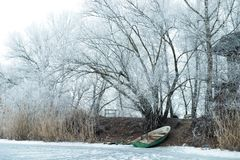 33c ural χειμώνας θερμοκρασίας της Ρωσίας τοπίων Ιανουαρίου Βάρκα σε έναν παγωμένο ποταμό Στοκ Εικόνες