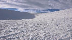 33c ural χειμώνας θερμοκρασίας της Ρωσίας τοπίων Ιανουαρίου Ηλιόλουστα και εν μέρει νεφελώδη μεγαλοπρεπή βουνά χιονιού φύση θερέτ απόθεμα βίντεο