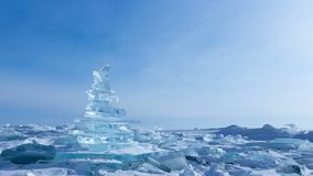 33c ural χειμώνας θερμοκρασίας της Ρωσίας τοπίων Ιανουαρίου Κρύσταλλο - σαφή χοντρά κομμάτια πάγου Πυραμίδα του σαφούς πάγου της  φιλμ μικρού μήκους