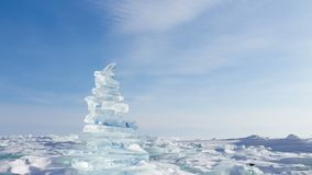 33c ural χειμώνας θερμοκρασίας της Ρωσίας τοπίων Ιανουαρίου Κρύσταλλο - σαφή χοντρά κομμάτια πάγου Πυραμίδα του σαφούς πάγου της  απόθεμα βίντεο