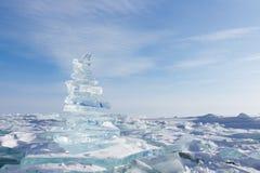 33c ural χειμώνας θερμοκρασίας της Ρωσίας τοπίων Ιανουαρίου Κρύσταλλο - σαφή χοντρά κομμάτια πάγου Πυραμίδα του σαφούς πάγου της  Στοκ φωτογραφία με δικαίωμα ελεύθερης χρήσης