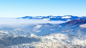 33c ural χειμώνας θερμοκρασίας της Ρωσίας τοπίων Ιανουαρίου Ομίχλη που κινείται πέρα από το βουνό το χειμώνα με έναν μπλε ουρανό απόθεμα βίντεο