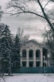 33c ural χειμώνας θερμοκρασίας της Ρωσίας τοπίων Ιανουαρίου Παλαιό μη οικιστικό σπίτι του τελευταίου αιώνα στοκ εικόνες