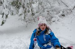 33c ural χειμώνας θερμοκρασίας της Ρωσίας τοπίων Ιανουαρίου Το κεφάλι του κοριτσιού, δέντρα και καλύπτεται οπουδήποτε με το χιόνι στοκ φωτογραφίες