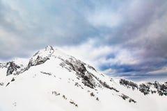 33c ural χειμώνας θερμοκρασίας της Ρωσίας τοπίων Ιανουαρίου Χιονισμένες αιχμές υψηλών βουνών κάτω από τους νεφελώδεις πανοραμικού Στοκ Εικόνα