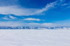 33c ural χειμώνας θερμοκρασίας της Ρωσίας τοπίων Ιανουαρίου Όμορφη άποψη των χιονοσκεπών βουνών στη λίμνη Baikal Στοκ φωτογραφία με δικαίωμα ελεύθερης χρήσης