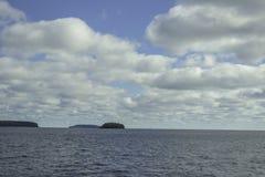 C?us azuis com algumas nuvens foto de stock royalty free