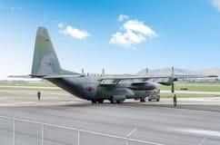 C-130 wordt gesleept stock foto