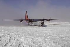 C130 op skiis Stock Afbeelding