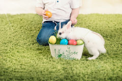 Caça do rapaz pequeno para o ovo da páscoa Imagens de Stock Royalty Free