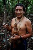 Caça tribal de Binan Tukum da pessoa idosa com seu filho para macacos na floresta úmida foto de stock royalty free