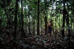 Caça tribal de Binan Tukum da pessoa idosa com seu filho para macacos na floresta úmida imagens de stock royalty free