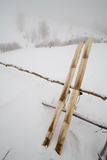 A caça velha esquia com pele no fundo da neve Fotografia de Stock