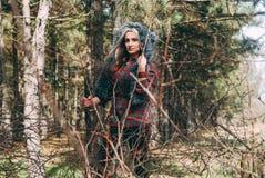 Caçador bonito da mulher na floresta com arma Imagem de Stock Royalty Free