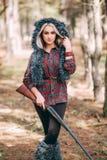 Caçador bonito da mulher na floresta com arma Foto de Stock Royalty Free