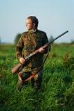Caçador com injetor do rifle Fotografia de Stock Royalty Free