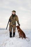 Caçador e seu cão de caça na estação aberta do inverno Imagem de Stock