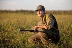 Caçador que espera silenciosamente pela caça Fotografia de Stock