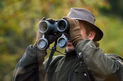 Caçador que olha através dos binóculos Foto de Stock Royalty Free