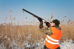 Caçador que visa a caça. Espera do cão de caça Fotografia de Stock Royalty Free
