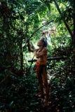 Caçador tribal Toikot em uma viagem da caça para macacos profundamente na selva foto de stock