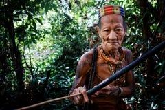 Caçador tribal Toikot em uma viagem da caça para macacos profundamente na selva imagem de stock