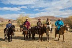 Caçadores de Berkutchi Eagle do Cazaque a cavalo Em Bayan-Olgii a província é povoada a 88,7% por Kazakhs Imagens de Stock