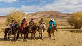 Caçadores de Berkutchi Eagle do Cazaque a cavalo Em Bayan-Olgii a província é povoada a 88,7% por Kazakhs Fotografia de Stock