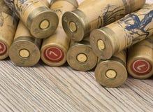 Caçando cartuchos do calibre 12 para a espingarda no fundo de madeira fotos de stock royalty free
