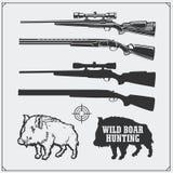 caçando o jogo Vector a ilustração monocromática de rifles de um javali e da caça Fotos de Stock