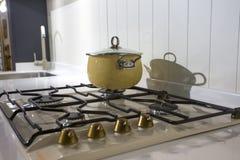 Caçarola bege no fogão de gás Foto de Stock Royalty Free