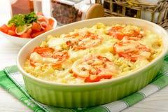 Caçarola com carne, os vegetais e queijo triturados Fotos de Stock