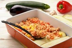 Caçarola com galinha, beringela, abobrinha e tomates Caçarola com galinha, beringela, abobrinha e tomates Processo de cozimento Imagens de Stock Royalty Free