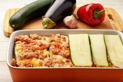 Caçarola com galinha, beringela, abobrinha e tomates Caçarola com galinha, beringela, abobrinha e tomates Processo de cozimento Foto de Stock