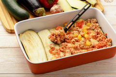 Caçarola com galinha, beringela, abobrinha e tomates Processo de cozimento Imagens de Stock Royalty Free