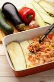 Caçarola com galinha, beringela, abobrinha e tomates Processo de cozimento Imagem de Stock